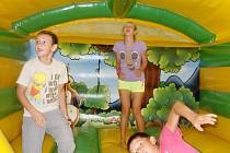 Děti dovádějí v nafukovací atrakci v mosteckém zábavním centru.