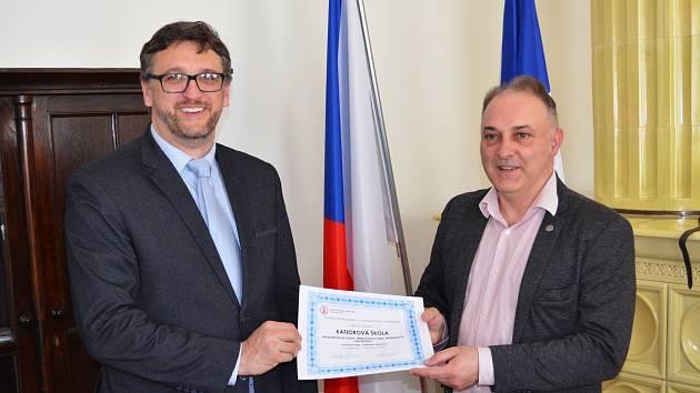 Lounská ZŠ Přemyslovců získala certifikát Katedrová škola Univerzity Karlovy, k předání došlo na lounské radnici.
