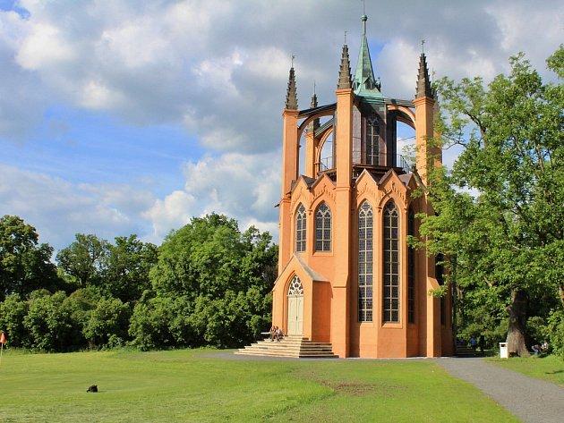 Opravený novogotický templ vzahradách zámku vKrásném Dvoře