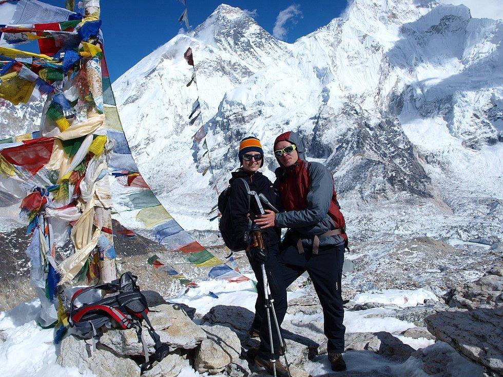 Petra a Štěpán Kotkovi na vyhlídkové hoře Kala Pattar (5545 m.n.m.). Za nimi je vrchol Everestu
