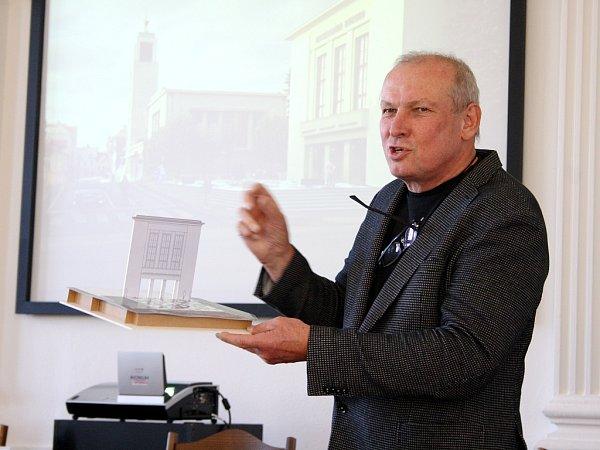 Architekt Josef Pleskot smodelem možné budoucí podoby Vrchlického divadla vLounech