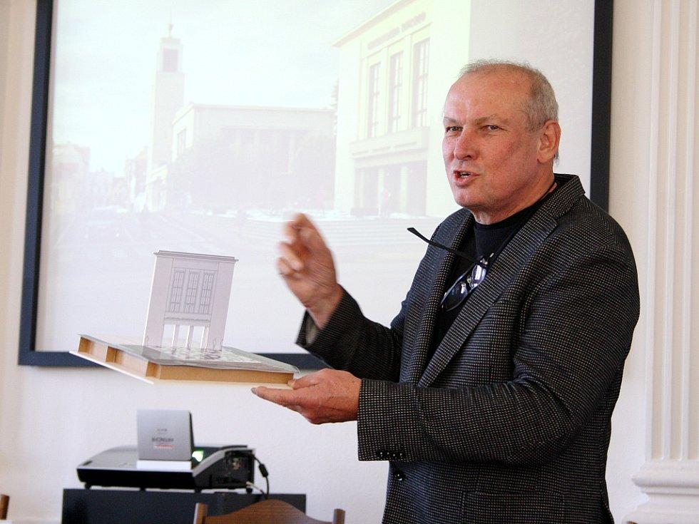 Architekt Josef Pleskot s modelem možné budoucí podoby Vrchlického divadla v Lounech