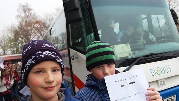 Děti před autobusem MHD v Žatci.