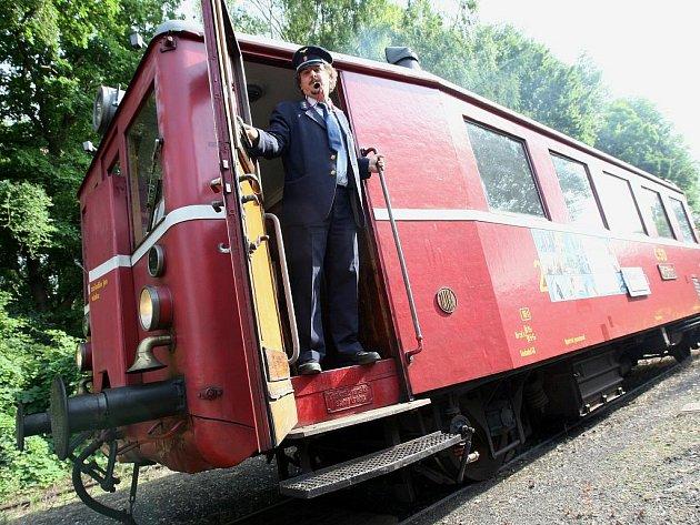 Motorák na trati Švestkové dráhy na Libčevesku