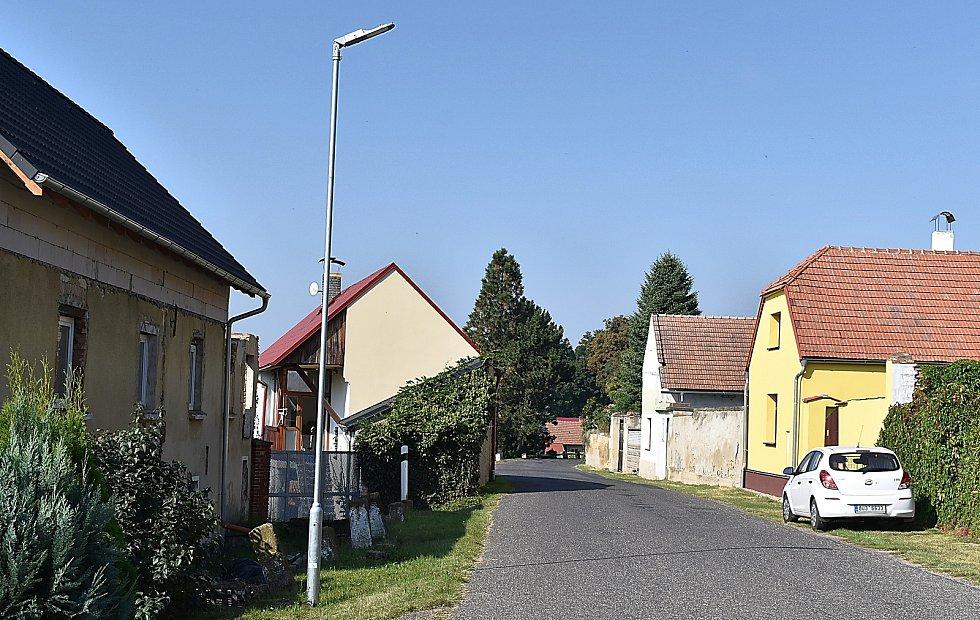 V obci se nedávno překládaly rozvody elektrické energie do země, vztyčovaly se nové sloupy veřejného osvětlení, moderní svítidla jsou úspornější. Obec je díky tomu, že z domů a sloupů zmizely kabely a dráty, hezčí.