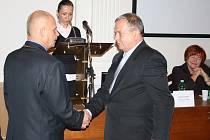 Jan Čermák (Volba pro město) skládá slib zastupitele do rukou Radovana Šabaty (vlevo). Mezi nimi tajemnice města Renáta Čapková, vpravo končící místostarostka Edita Hořejší (ODS)