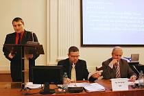 Václav Zeman (vlevo) si zastupitelům stěžuje, že nepostoupil do finálové fáze výběrového řízení. Přihlížejí starosta Loun Jan Kerner a místostarosta Pavel Csonka (vpravo).