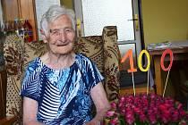 Anna Topolančinová ze Žatce oslavila sté narozeniny. Popřát jí přišla také žatecká starostka Zdeňka Hamousová.