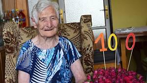 Sto let oslavila Anna Topolančinová ze Žatce v rodinném kruhu.
