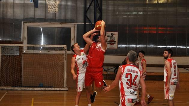 Basketbalisté Chomutova (v červeném) si bez problémů poradili s celkem Loun na jeho palubovce.