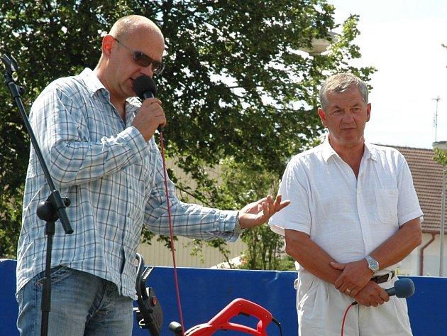 Místostarosta Kryr Vojtěch Michálek (vpravo) hovoří s moderátorem Dne s Deníkem.