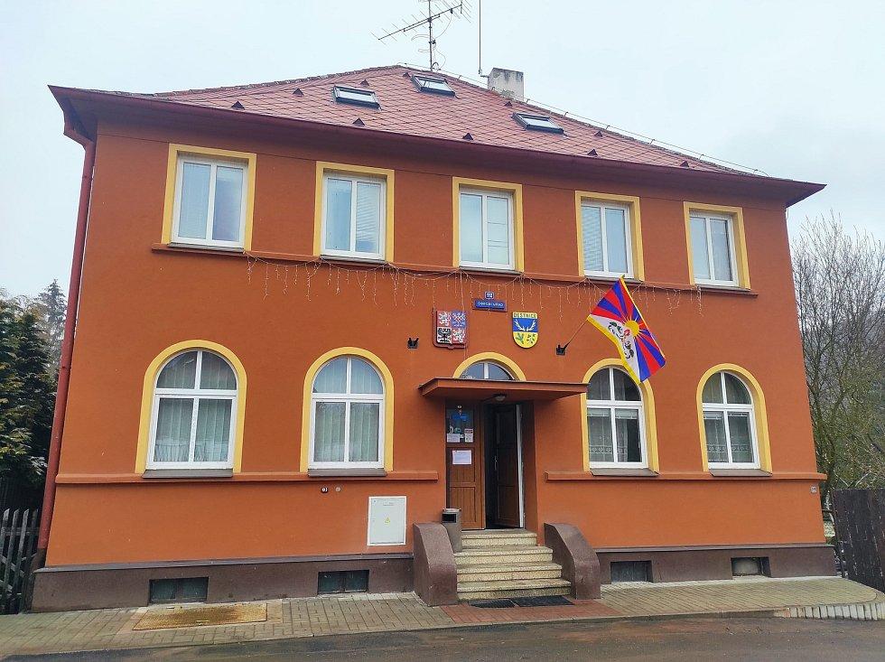Tibetská vlajka na budově obecního úřadu v Deštnici.