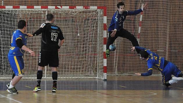 Lounská Lokomotiva (v modrém) na lídra soutěže nestačila a podlehla mu o sedm branek.