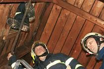 Hasiči zasahují při požáru sazí v komíně v žatecké Stroupečské ulici.