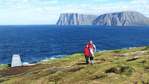 Pohled z nejsevernějšího místa Evropy, výběžku Knivskjellodden, na útes Nordkappu