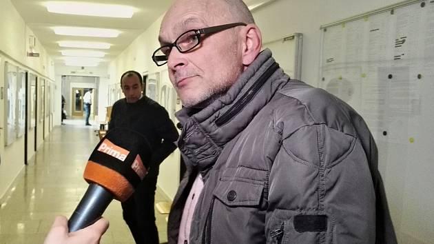 Poškozený Milan J. odpovídá novinářům na dotazy