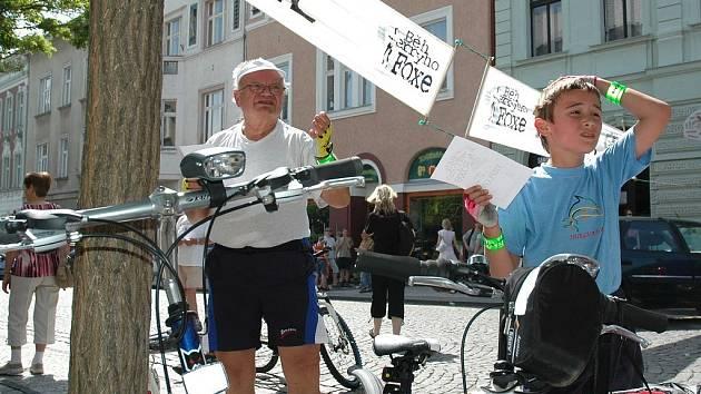 Děda a vnuk Jiří Matějkovi vyprávějí své zážitky v cíli Běhu Terryho Foxe v Lounech poté, co absolvovali jeden z okruhů pro cyklisty.