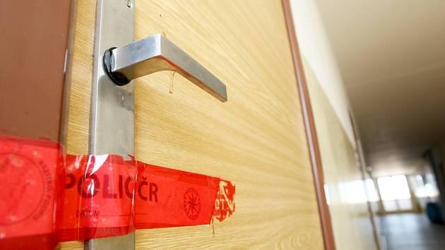 Tragédie se odehrála za dveřmi bytu, které kriminalisté oblepili policejní páskou.