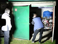Kriminalisté zkoumají vykradenou garáž. Ilustrační foto