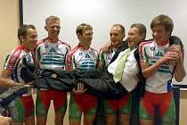 Cyklokrosaři nového belgicko–českého týmu Easypay  si  ještě pohrávají se sportovním ředitelem Dirkem Vanopbroekem,  zleva   Kallenfels, Vanthourenhout, Ausbuher, Van Nuffel a Opsomer.