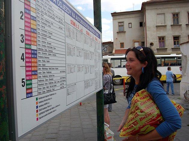 Helena Goldová hledá svůj spoj na nové informační tabuli.