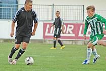 Utkání Chmelu Blšany (v černém) proti Meteoru Praha. Na snímku domácí Horst Siegl
