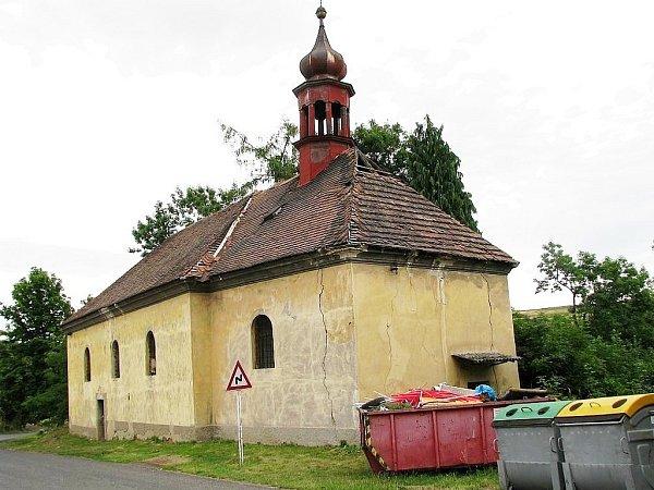 Velké trhliny ve zdivu, střecha těžce poškozená. Tak vypadal zvenku kostel vHořeticích ještě před pár měsíci.
