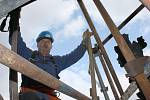 Miroslav Vlášek staví lešení na věži kostela sv. Mikuláše v Lounech. Až bude s kolegy hotov, nastoupí restaurátoři, jejichž úkolem bude oprava poškozeného kamenného zábradlí.