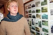 Vladimír Liška provází expozicí na zámku v Krásném Dvoře návštěvníky, kteří si tam přicházejí prohlédnout zajímavou výstavu historických pohlednic.