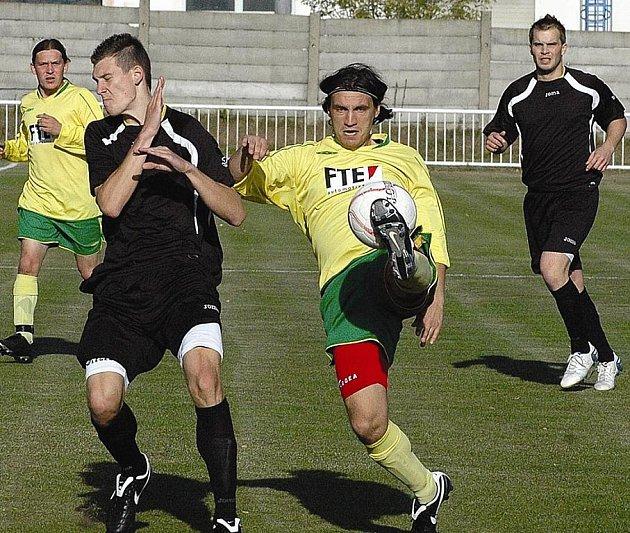 Okresní derby bývají velmi atraktivní.  Jedno z nich  se hrálo v Kryrech, kde domácího Víta Karbana odzbrojuje podbořanský Jiří Rázek, vzadu jsou Slavomír Kudláček a Martin Beránek. Podbořany dnes hrají v Havrani, Kryry hostí Horní Jiřetín B.