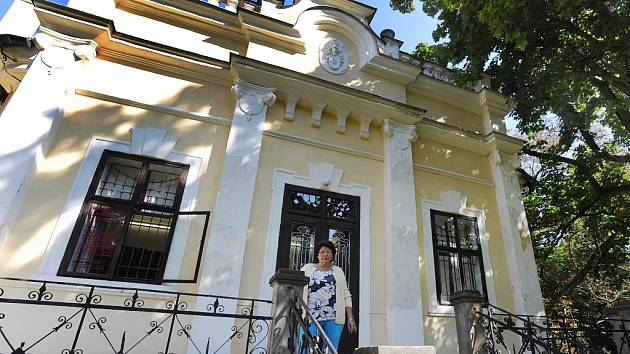 Průvodkyně Drahuše Ždímalová před peruckou galerií