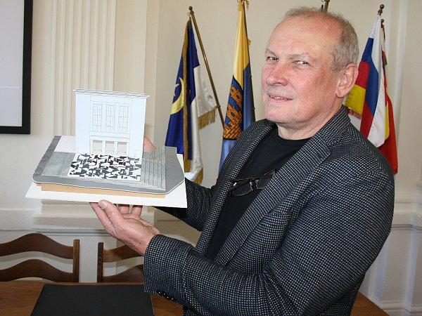 Architekt Josef Pleskot ukazuje model možné budoucí podoby Vrchlického divadla vLounech