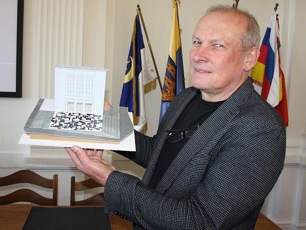 Architekt Josef Pleskot ukazuje model možné budoucí podoby Vrchlického divadla v Lounech