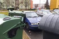 Kvůli silnému úternímu větru se v Javorové ulici v Žatci daly do pohybu kontejnery na komunální odpad. Narážely do zaparkovaných aut.
