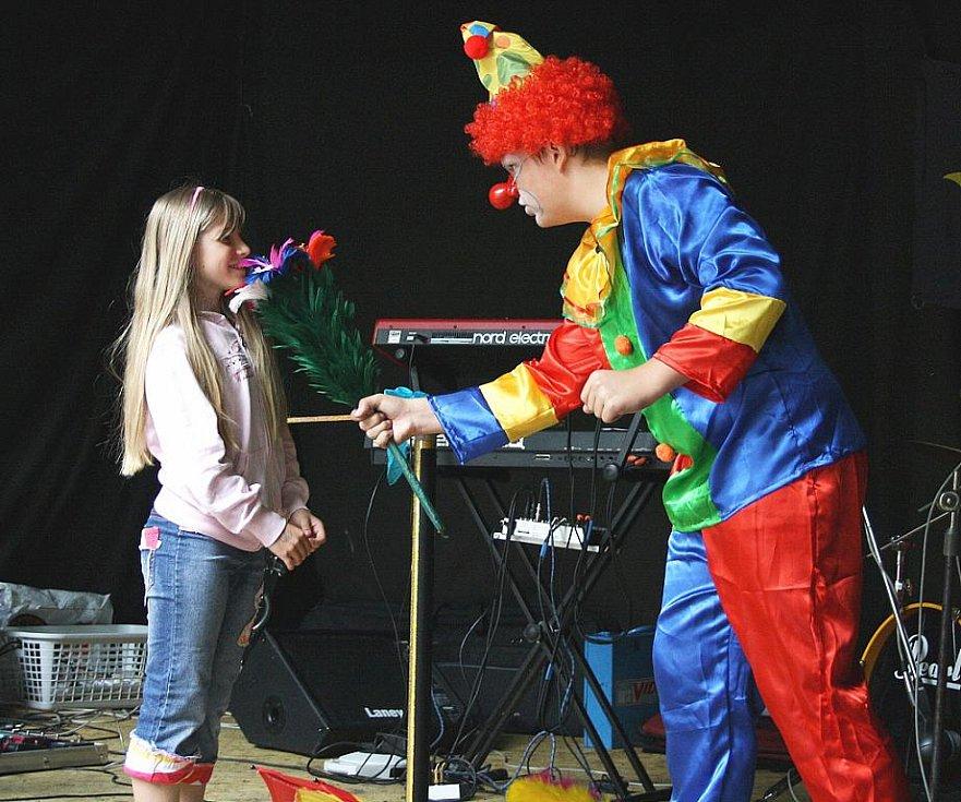 Děti pobavil svým vystoupením klaun