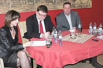 Ministr dopravy Zbyněk Stanjura (uprostřed) a poslankyně Ivana Řápková na jednání v Lounech