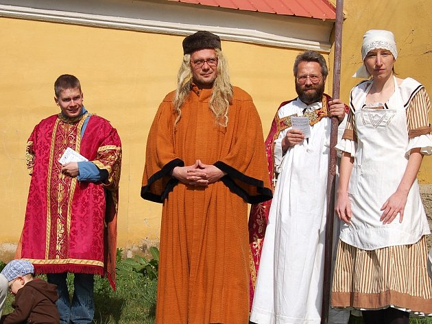 Účastníci procesí v historických kostýmech.