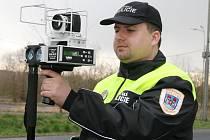 Aleš Tallowitz , ředitel Městské policie v Postoloprtech, měří radarem rychlost aut projíždějících Březnem.