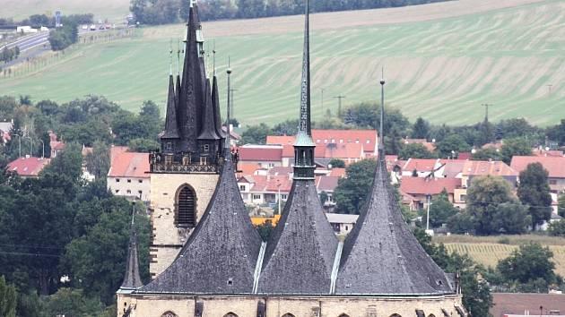 Chrám svatého Mikuláše obklopený domky v historickém centru města, to je typický obrázek Loun.