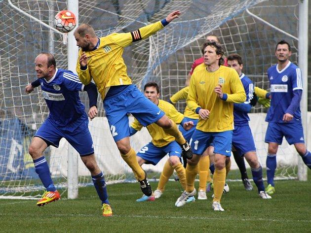 Fotbalisté Blšan (ve žlutém) nestačili v sobotu na Hrobce