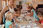 Děti v lounské knihovně malovaly na kameny