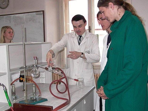 Kamil Březina (vlevo) se studenty při výuce