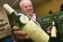 Miloslav Kopecký stáčí Svatomartinské víno do lahví ve vinařství v Litoměřicích