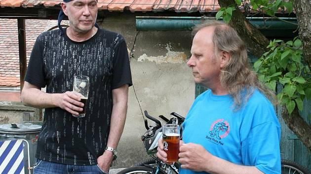 Autor koláží Pavel Vejražka (vlevo) s majitelem galerie Miroslavem Blažkem