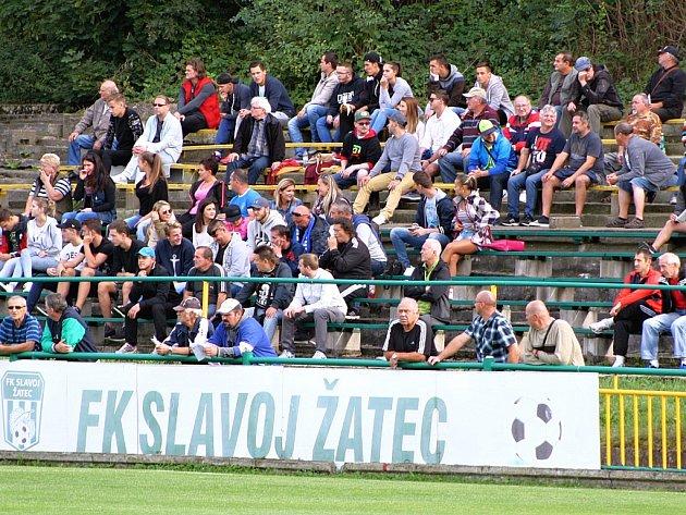 Fotbalové derby Žatec - Louny: na stadionu dvacetitisícového města stále chybí krytá tribuna.