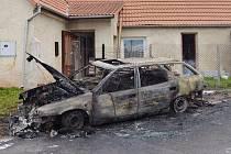 Auto v Blšanech na Podbořansku úplně shořelo