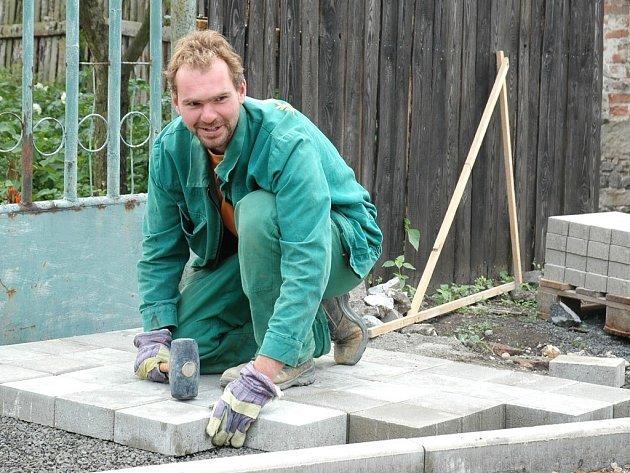 Eduard Hon pokládá novou dlažbu v jedné z buškovických ulic.