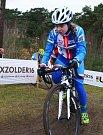 Závod žen do 23 let na MS v cyklokrosu v Zolderu. Nikola Nosková získala stříbro. Na tréninku se jí věnoval reprezentační trenér Petr Dlask, jeho péče se vyplatila.