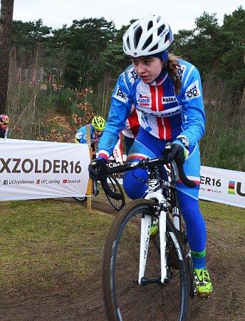 Závod žen do 23let na MS vcyklokrosu vZolderu. Nikola Nosková získala stříbro. Na tréninku se jí věnoval reprezentační trenér Petr Dlask, jeho péče se vyplatila.