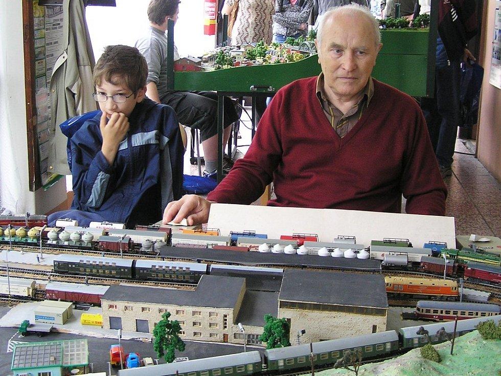 K akci se připojil i dlouholetý fanda železničního modelářství Jiří Marel se svými modely.